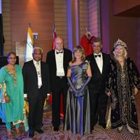 Figura 1: Cena de gala de la INTERNATIONAL SOCIETY FOR PEDIATRIC NEUROSURGERY. Izquierda Dr. Chandra Shekhar Deopujari y su Sra. esposa, centro Prof. Dra. Graciela Zúccaro y su Sr. esposo, derecha Dr. Saffet Mutluer y su Sra. esposa
